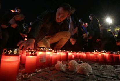 Un hombre enciende una vela en recuerdo del genocidio armenio en Berlín.