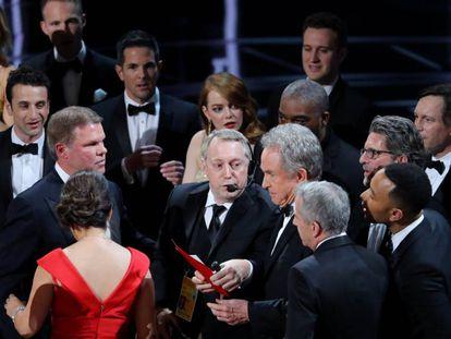 Desconcierto en el escenario de los Oscar 2017 tras el error en el anuncio de la mejor película. En vídeo, discurso del director de 'Moonlight' y de la actriz principal de 'La La Land', Emma Stone.