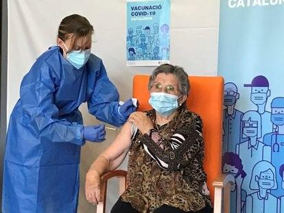 Una enfermera administra la segunda dosis de la vacuna a Leocadia Peña, en la Residencia Nuestra Señora de Ribera de La Pobla de Segur, este domingo.