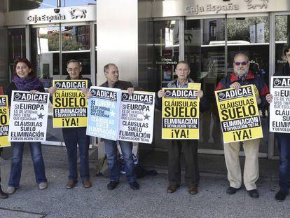 Afectados por la cláusula suelo se manifiestan en Valladolid