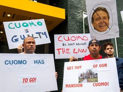 Manifestantes protestan contra el gobernador de Nueva York Andrew Cuomo fuera de su oficina.