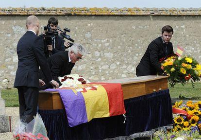 Tras haber colocado una bandera republicano sobre el féretro de Semprún, familiares y amigos se disponen a enterrar al escritor y político español en el cementerio de Garentreville, cerca de París.