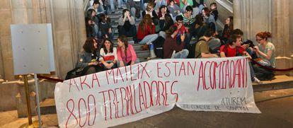 Estudiantes y trabajadores protestan en el Edifici Històric de la UB.