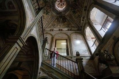 Rosa Carmona, directora del Colegio Calasanz, en la escalera barroca de la casa del fotógrafo francés Jean Laurent en Alcalá de Henares.