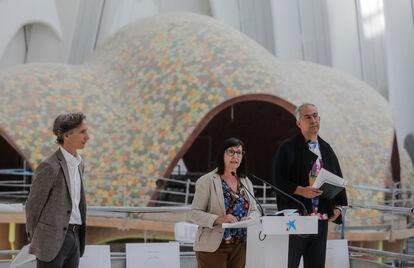 De derecha a izquierda, el director de CaixaForum Valencia, Álvaro Borrás, la directora general adjunta de la Fundación la Caixa, Elisa Durán, y el arquitecto Enric Ruiz- Geli, este jueves.