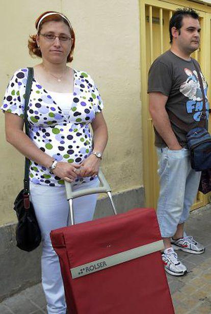 Lorena Jiménez y David Parra, a la espera de alimentos.