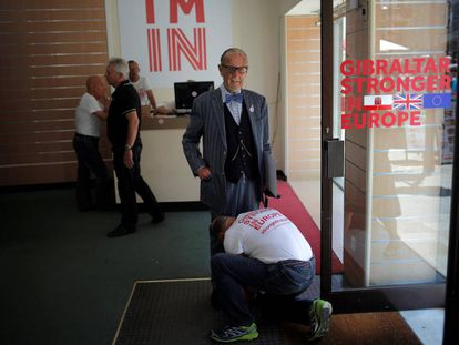 A volunteer ties the shoes of former Gibraltar Mayor Solomon Levy.