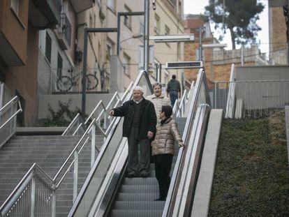 Unos vecinos utilizan las nuevas escales mecánicas de La Teixonera.