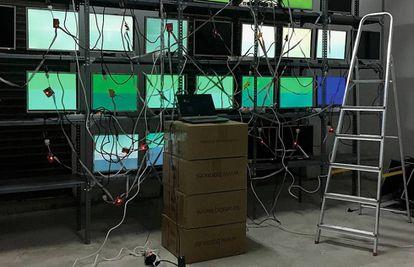 El artista valenciano  trabaja con  cables, chapa,  maquinaria  desechada,  hardware abandonado.  Imagen  de su instalación
