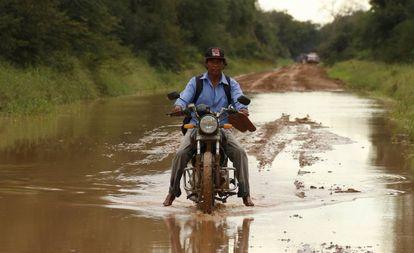 Un indígena enlhet transitapor una ruta inundada en el departamento chaqueño de Boquerón.