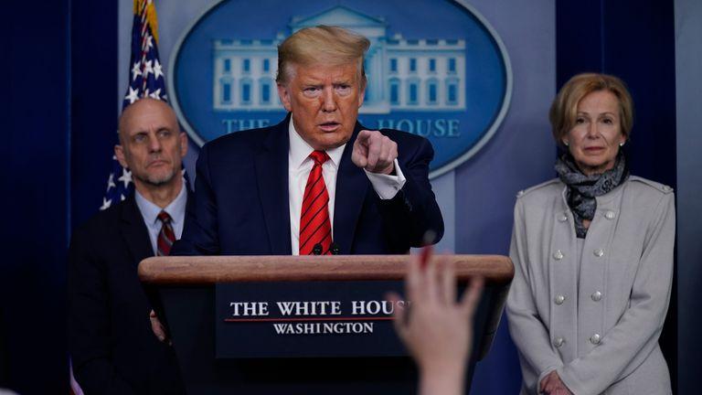 El presidente Donald Trump responde las preguntas de los periodistas en la sala de prensa de la Casa Blanca.