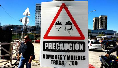 Un cartel en unas obras en Buenos Aires (Argentina).