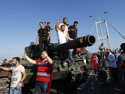 Policías y ciudadanos turcos, sobre un vehículo militar involucrado en el golpe, en el puente del Bósforo de Estambul.