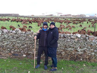 El escritor Gabi Martínez (izquierda) y el cineasta Agustí Villaronga, de pastores con las ovejas negras.