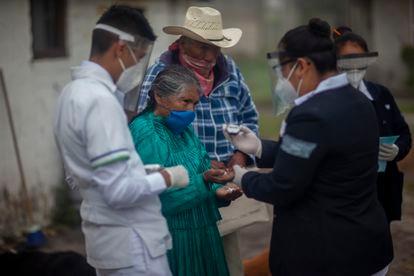 Personal médico revisa a una mujer en la comunidad de San Isidro Boxipe, Estado de México el día 13 de julio de 2020.