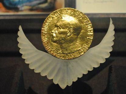 Medalla del Premio Nobel de la Paz otorgado a Rigoberta Menchú.