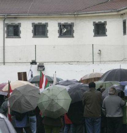 Familiares de presos de ETA se concentran frente a la cárcel de Martutene.