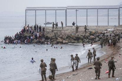 Militares en la playa del Tarajal, esta mañana.