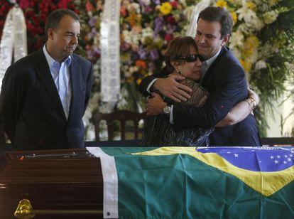 Vera Lucia, viuda de Niemeyer, abraza al alcalde de Río de Janeiro, Eduardo Paes al lado del gobernador de la ciudad, Sergio Cabral.