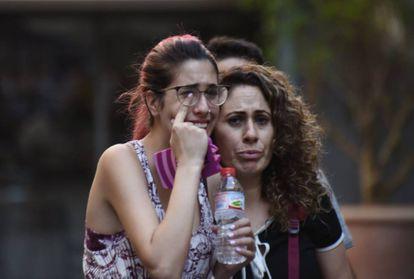Varios ciudadanos huyen de la zona del atentado.