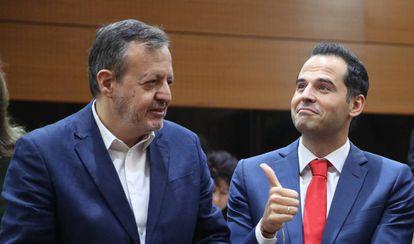 Alberto Reyero junto a Ignacio Aguado, antes de la segunda sesión de investidura del Isabel Díaz Ayuso