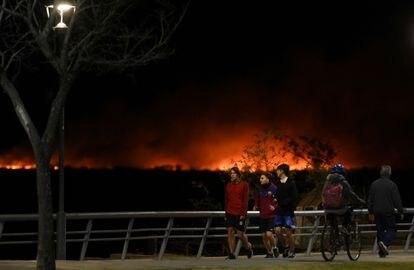 Los incendios de las islas del delta del Paraná, visibles desde la costanera de Rosario.