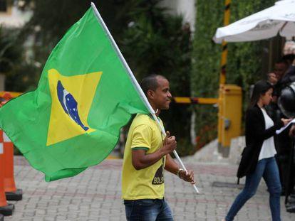 Un seguidor de Bolsonaro, este lunes frente a la casa del presidente electo, en Río de Janeiro. En vídeo, primeras protestas en Brasil tras la victoria de Bolsonaro.