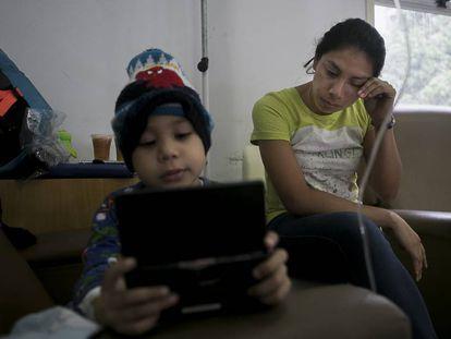 Marilyn Ochoa y su hijo Ángel Gutiérrez en el hospital José Manuel de los Ríos de Caracas.