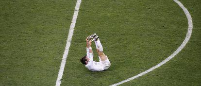 Bale, con calambres, haciendo estiramientos.