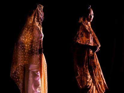 Haoua Ide y otra modelo esperan detrás de la gran cortina el momento de desfilar en la pasarela ante el público.