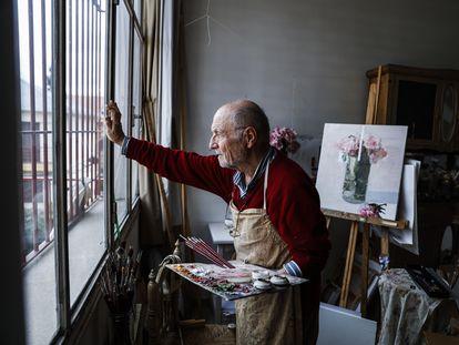 El pintor y escultor Antonio López contempla este jueves la calle vacía desde el estudio de su casa en Madrid.
