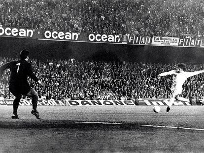 Peter Lorimer marca al Barça en la semifinal de la Copa de Europa de 1975.