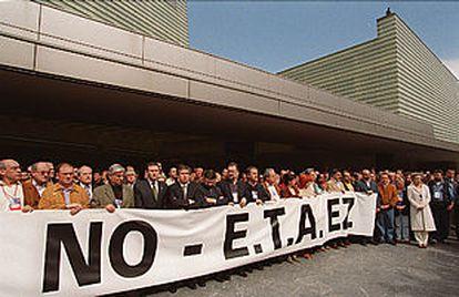 Concentración en el palacio del Kursaal, donde se celebra el congreso del PSE, en repulsa por el asesinato del edil socialista Juan Priede.