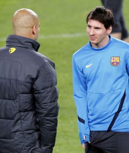 Guardiola intercambia impresiones con Messi.
