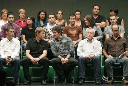 """Foto de familia de los asistentes a la cumbre de la """" izquierda abertzale"""" y otros grupos nacionalistas en Gernika ( Vizcaya) , en la que pidieron a ETA voluntad para el """" abandono definitivo de las armas"""" . En la fila delantera, entre otros Peio Urizar ( c) , de Eusko Alvartasuna; Rufi Etxebarria ( 2i) , de la ilegalizada Batasuna y Patxi Zabaleta ( 2d) , de Aralar."""