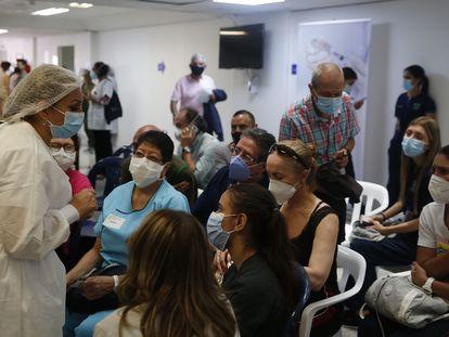 Una enfermera habla con un grupo de pacientes sobre la vacuna contra la covid, en un hospital de Medellín, el miércoles.