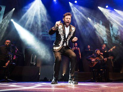 Miguel Poveda en un momento de su actuación en los jardines de Pedralbes.