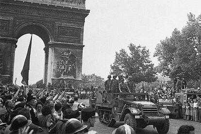 La División Leclerc, con republicanos españoles, desfila junto al Arco del Triunfo tras la liberación de París en 1944.