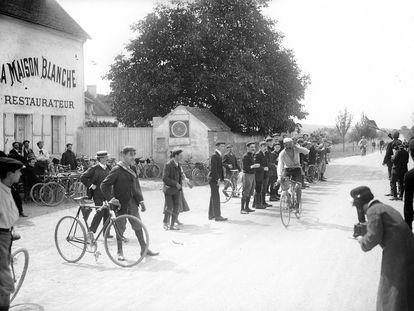 La llegada del ciclista Louis Trousselier, en una de las etapas del Tour de 1905.