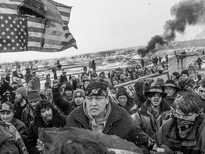 Decenas de personas abandonan pacíficamente el campo Oceti Sakowin en Cannon Ball, en Dakota del Norte (Estados Unidos).