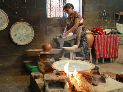 Una mujer usa leña para cocinar en Chiapas, México.