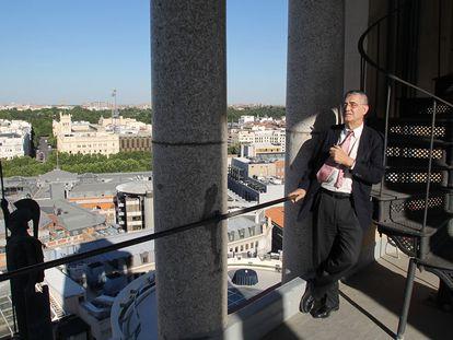 El presidente del Círculo de Bellas Artes, Juan Miguel Hernández León, en la azotea del edificio hace un año.