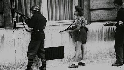 La resistente Simone Ségouin combate en París en 1944.