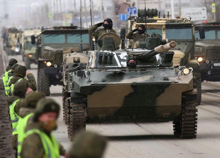 Militares rusos desfilan por sus tanques en Yekaterimburgo durante un ensayo para la parada del Día de la Victoria, el pasado martes.