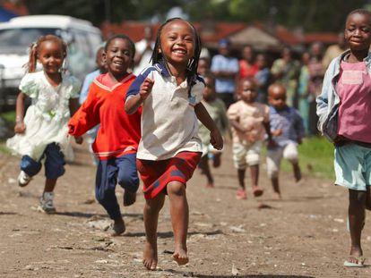 Unos niños juegan en los alrededores de una iglesia en Nairobi, en Kenia, el 16 de diciembre de 2009.