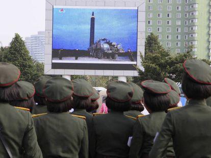 Militares observan el lanzamiento del misil sobre Japón en Pyongyang.