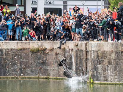Manifestantes arrojan al agua la estatua de Edward Colston, este domingo en Bristol (Reino Unido).