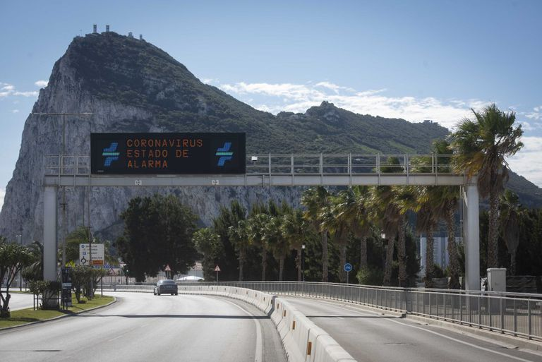 La frontera de Gibraltar con España permanece abierta , aunque con poco tránsito, debido a las medidas de confinamiento