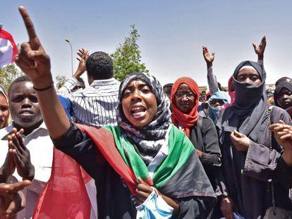 Las protestas frente al cuartel militar en Jartum, Sudán no se han detenido a pesar del arresto de Omar Al-Bashir.