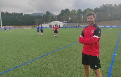 El psicólogo de la academia del Deportivo Alavés, Gaizka Tuesta, en un entrenamiento.